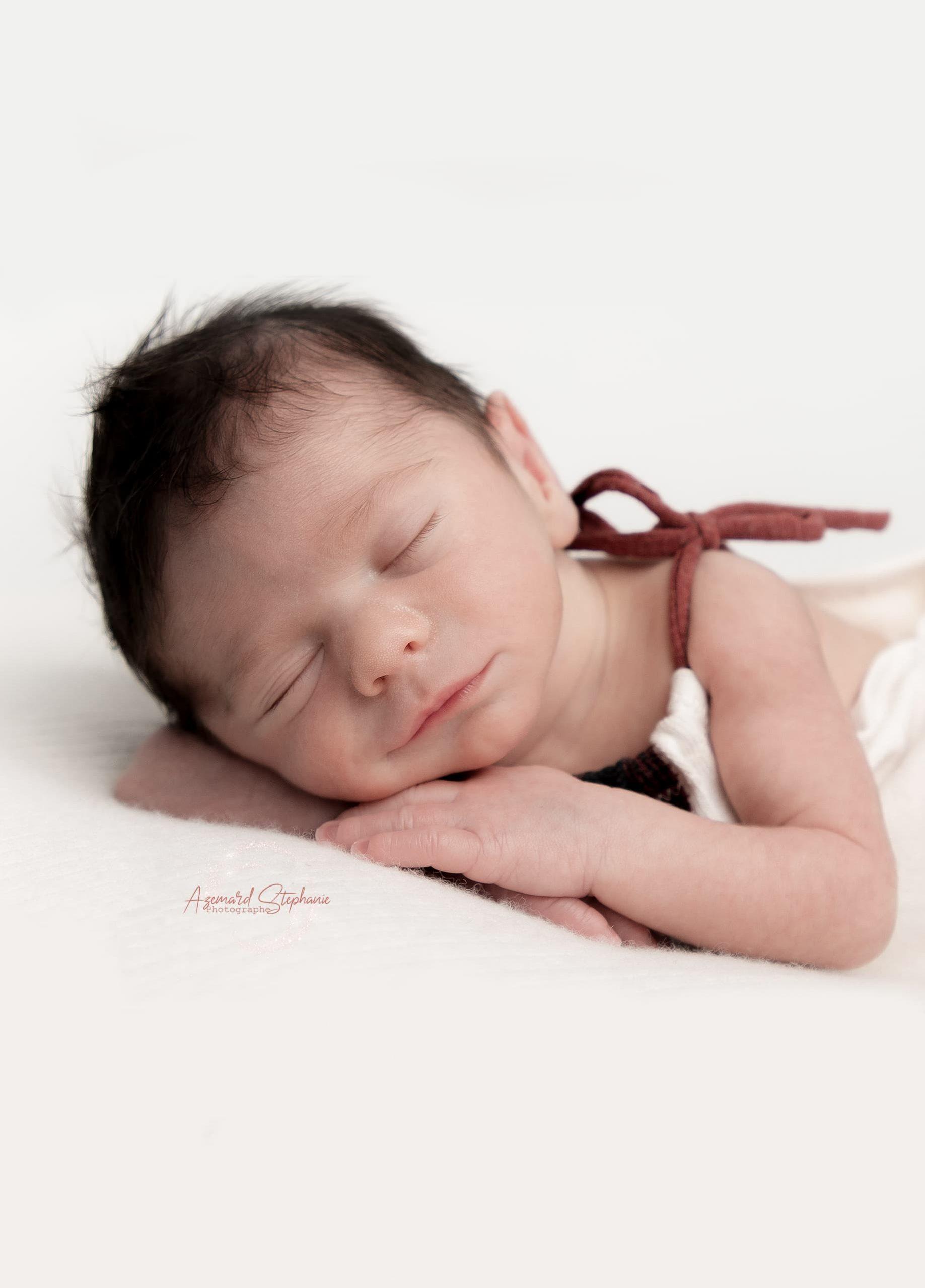 Shooting de nouveau-né (Nino) en studio, tenue Pois Plume Créations par Azemard Stéphanie photographe