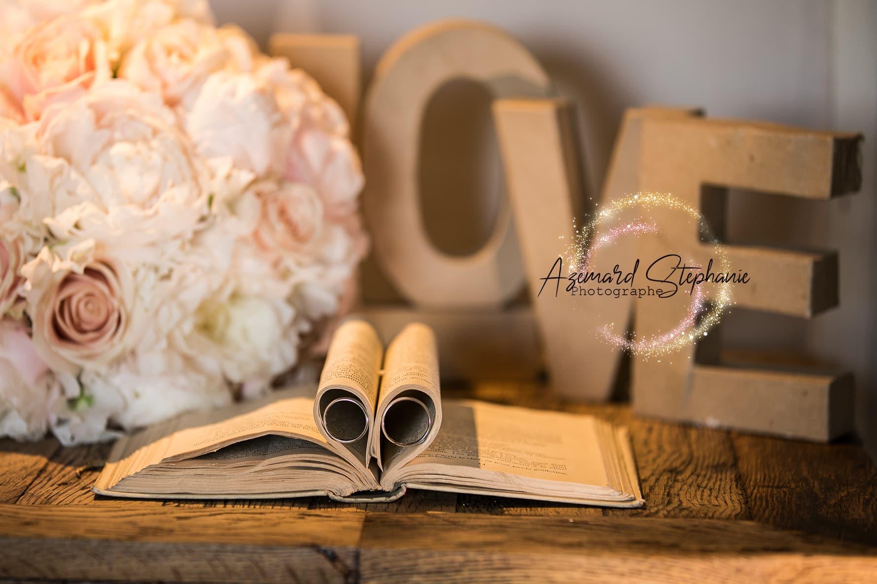 Alliance de mariage dans un livre. Azemard Stéphanie photographe de mariage dans le Gard