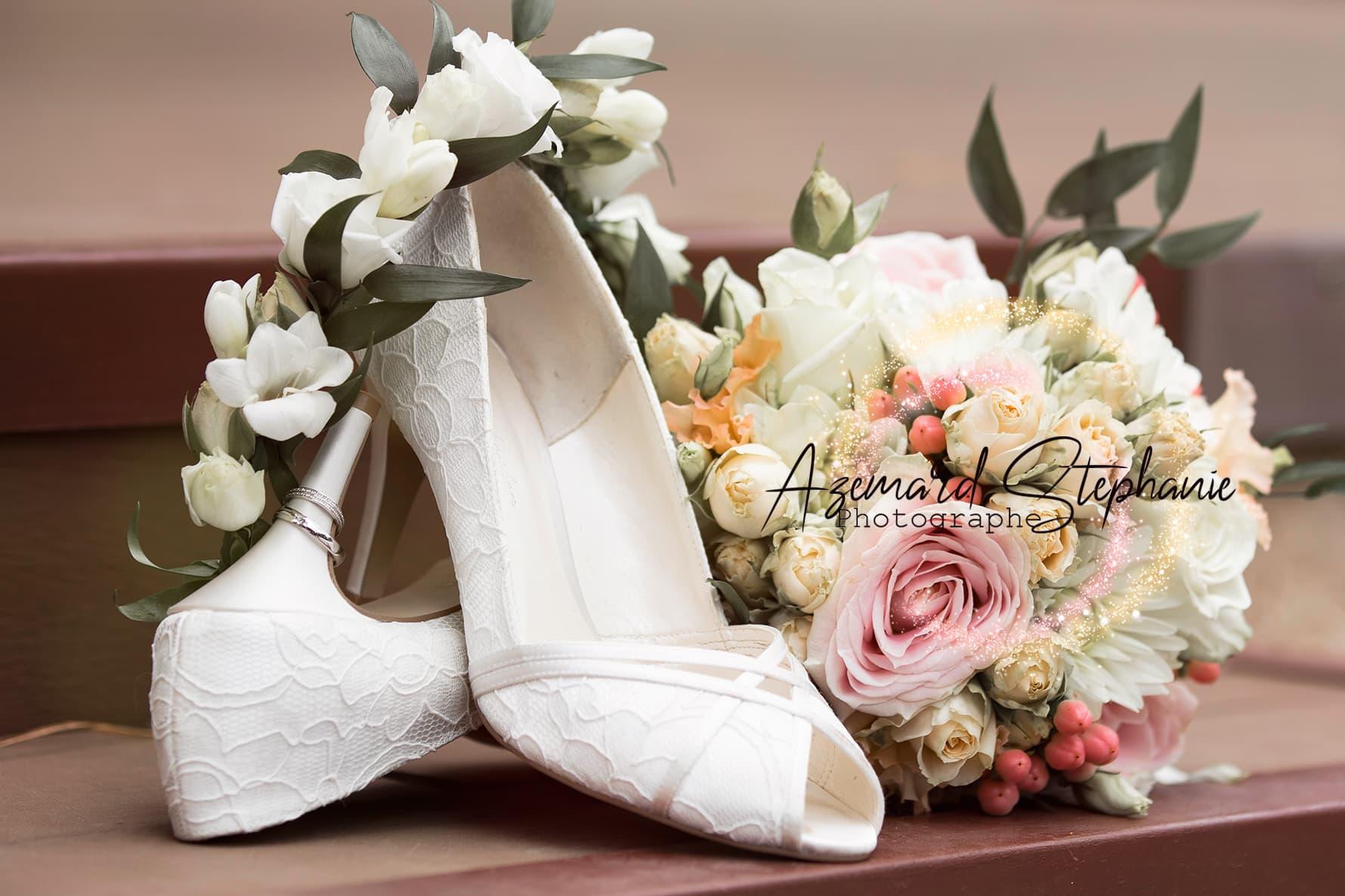 Bouquet et couronne de mariage en fleurs fraîches bohème chic. Mise en scène pour photo d'alliance de mariage. Azemard Stéphanie photographe dans l'Hérault