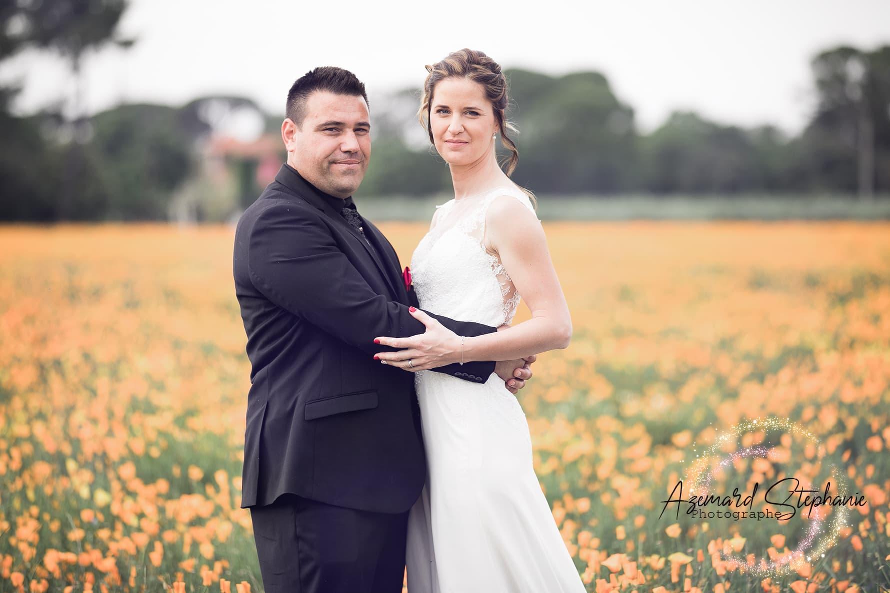 Photo de couple dans un champ de coquelicots à Vauvert thème champêtre. Azemard Stéphanie photographe dans le Gard