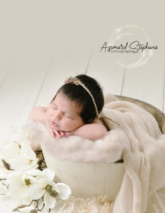 Photo de bébé en studio thème floral fille par Azémard Stéphanie photographe spécialiste grossesse et nouveau-né dans l'Hérault