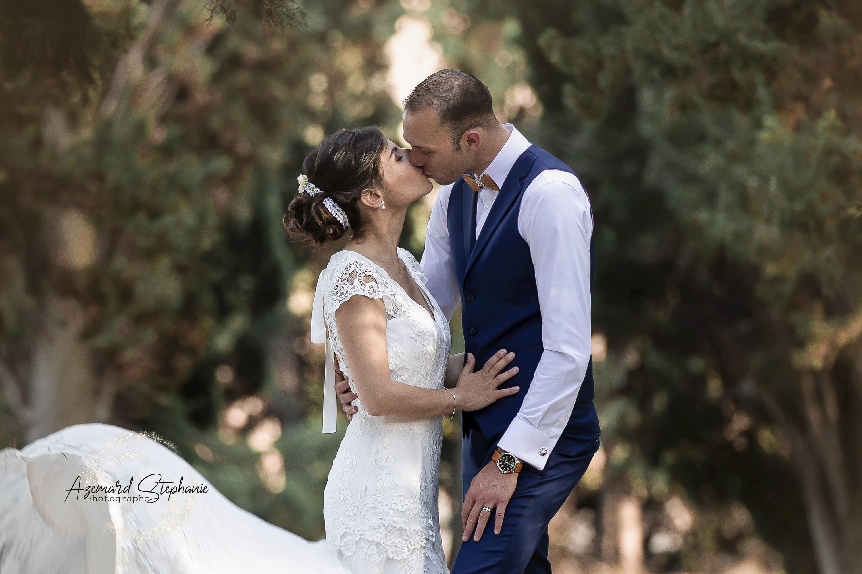 Photo de couple mariage Mas Pougnadoresse photographié par Azémard Stéphanie photographe dans le Gard et l'Hérault